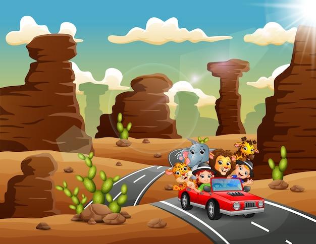Enfants dessin animé conduisant une voiture rouge avec des animaux sauvages à travers le désert