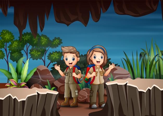 Enfants dessin animé explorant la grotte