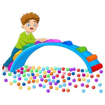 Enfants dessin animé s'amuser dans l'aire de jeux