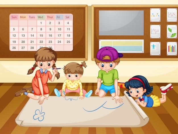 Enfants dessin sur papier dans la salle de classe
