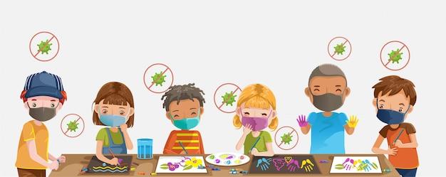 Enfants dessinant et peignant. enfants avec protection.