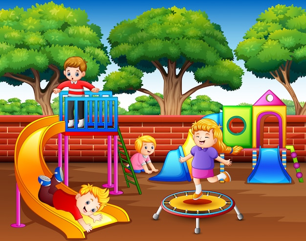 Enfants dessinés s'amusant dans l'aire de jeu