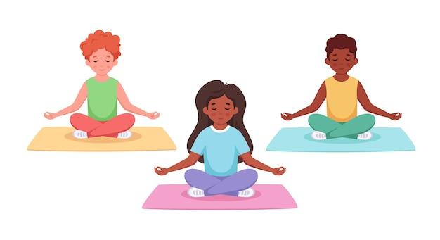 Enfants de différentes nationalités méditant en posture de lotus yoga et méditation pour enfant
