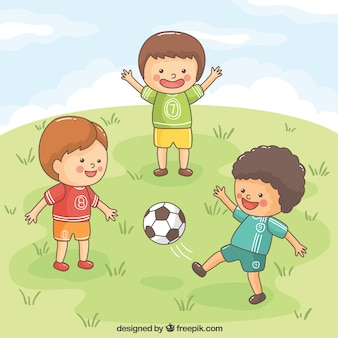 Enfants enthousiaste jouant au football