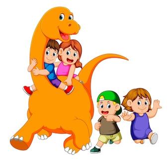 Les enfants entrent dans le corps du grand apatosaure