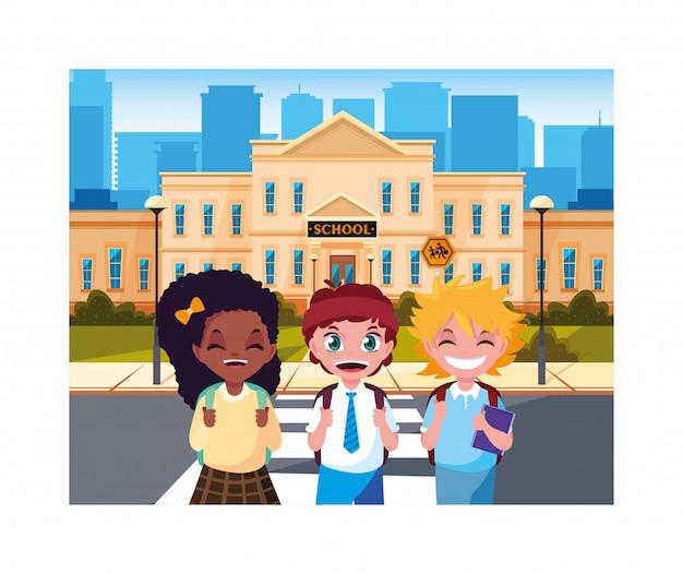 Enfants étudiants avec bâtiment scolaire du primaire