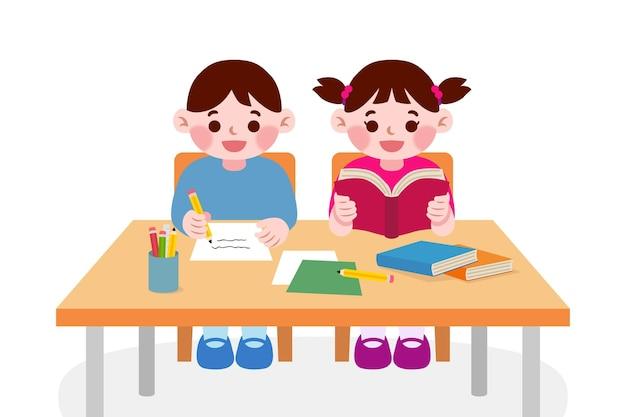 Enfants étudiants japonais qui étudient en classe