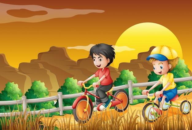 Enfants faire du vélo dans les bois