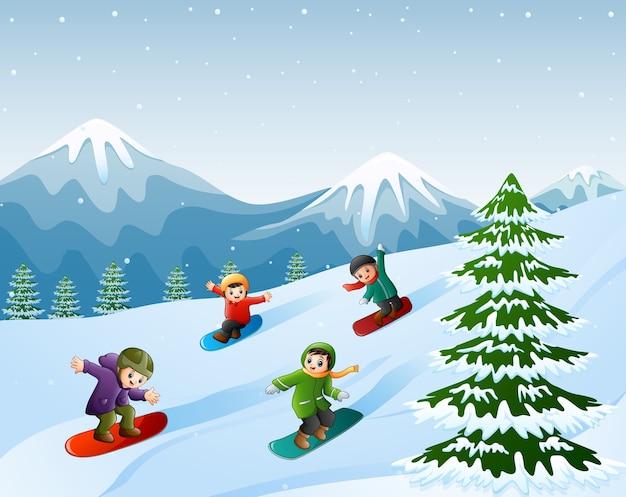 Enfants faisant du snowboard sur la neige