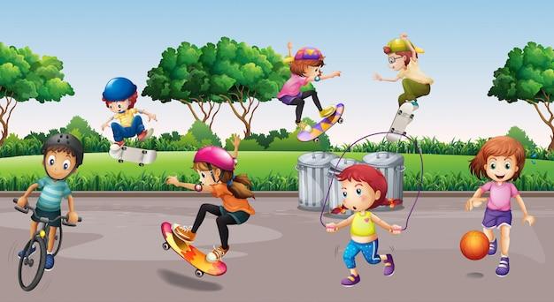 Enfants faisant du sport dans le parc
