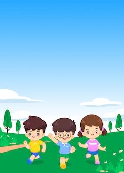 Enfants gais mignons courent sur prairie verte et ciel bleu avec fond