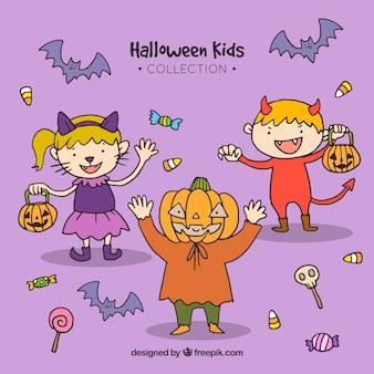 Les enfants de halloween sur un fond lilas