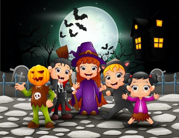 Enfants halloween heureux en pleine lune
