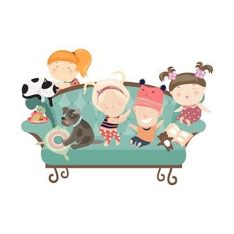 Enfants heureux assis sur le canapé