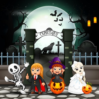 Enfants heureux cartoon avec costume d'halloween
