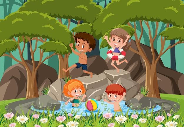 Enfants heureux à la cascade