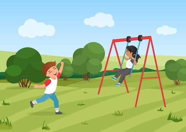 Des enfants heureux chevauchent des enfants d'âge préscolaire actifs qui jouent ensemble dans un parc d'été pour aire de jeux