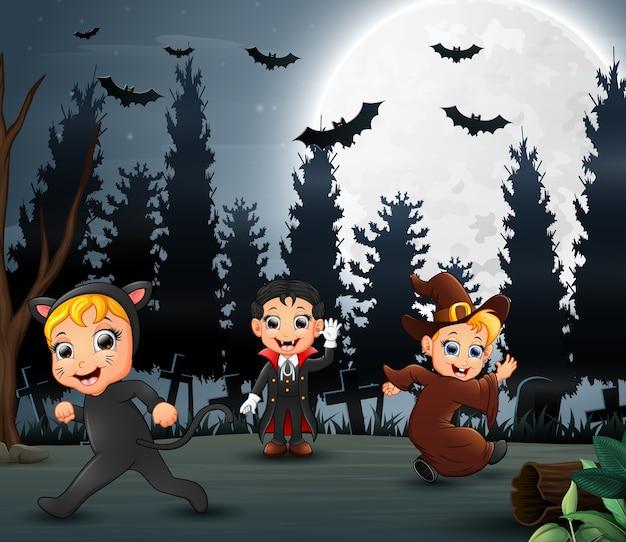 Enfants heureux en costume d'halloween dans la nuit