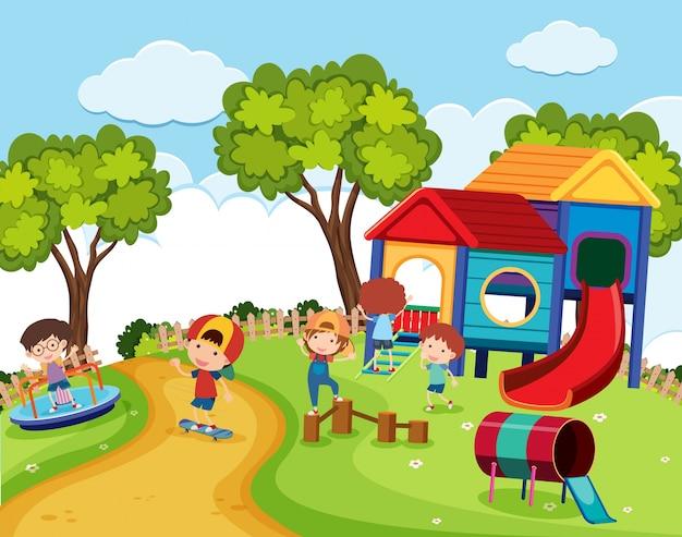 Enfants heureux dans le terrain de jeu pendant la journée
