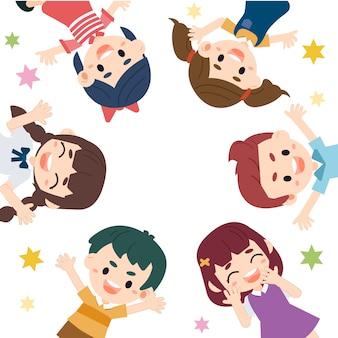 Enfants heureux dans le thème de la journée des enfants