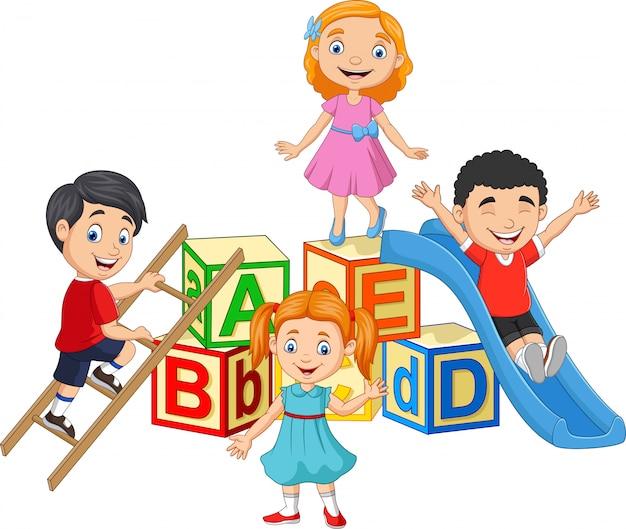 Enfants heureux de dessin animé avec des blocs de l'alphabet