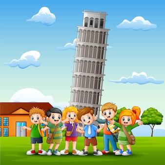 Enfants heureux de dessin animé en face de l'arrière-plan de la tour de pise