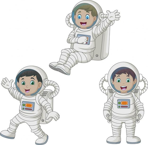 Enfants heureux de dessin animé portant des costumes d'astronaute