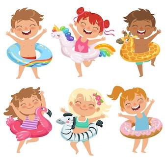 Enfants heureux avec des flotteurs