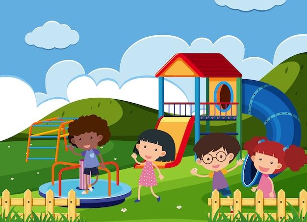 Enfants heureux jouant au terrain de jeu