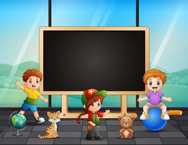 Enfants heureux jouant dans la chambre
