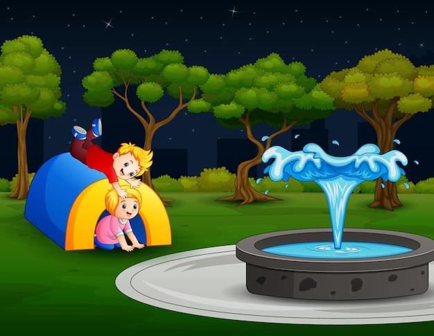 Enfants heureux jouant dans la cour de récréation