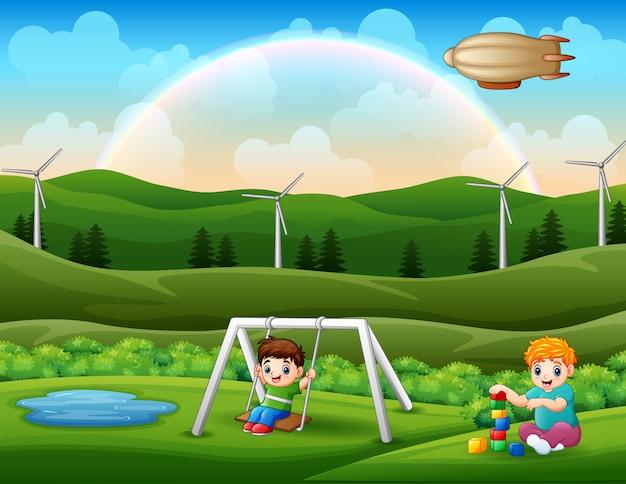 Enfants heureux jouant dans le parc