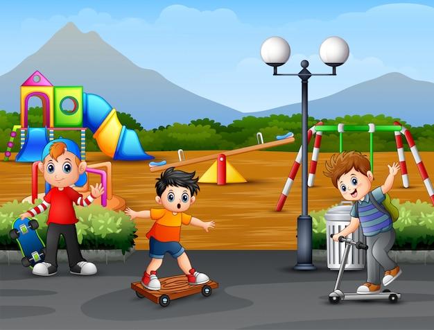 Enfants heureux jouant dans la ville parc