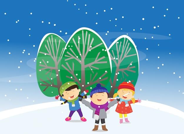 Enfants heureux jouant à l'extérieur en hiver