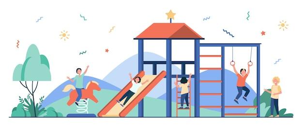 Enfants heureux jouant sur le terrain de jeu avec des amis isolés illustration plat.