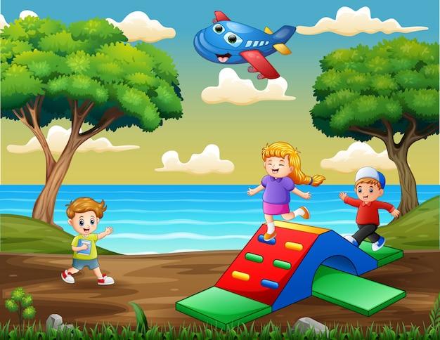 Enfants heureux jouant sur le terrain de jeu