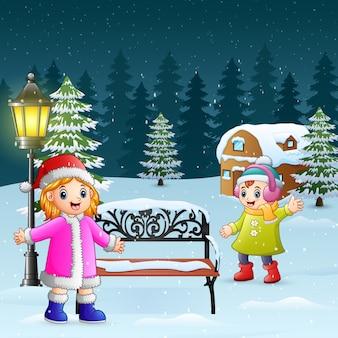 Des enfants heureux jouent au fond de l'hiver