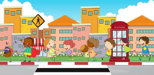 Enfants heureux marchant sur le trottoir