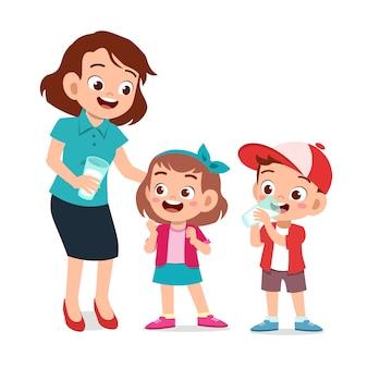Enfants heureux mignons avec maman boire du lait