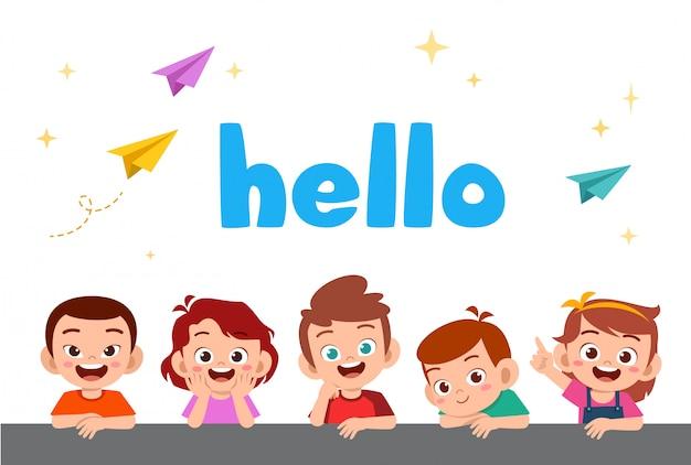Enfants heureux mignons avec word