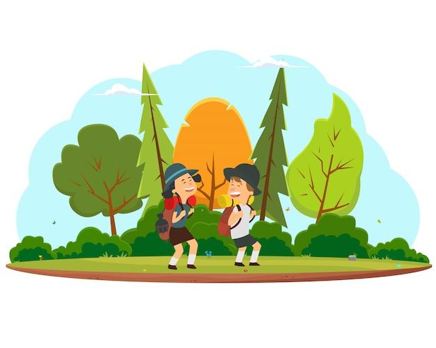 Des enfants heureux partent en randonnée à travers la forêt.