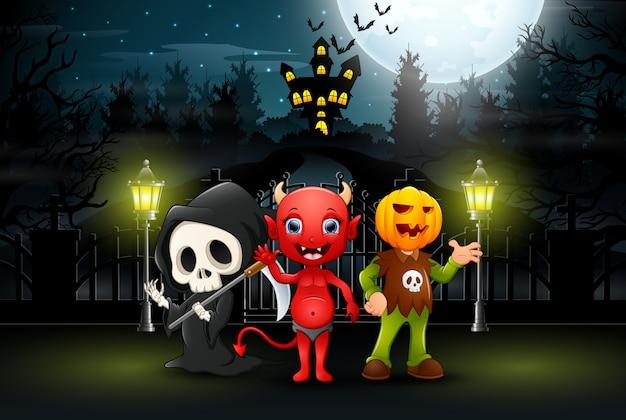 Enfants heureux portant le costume d'halloween à l'extérieur de nuit