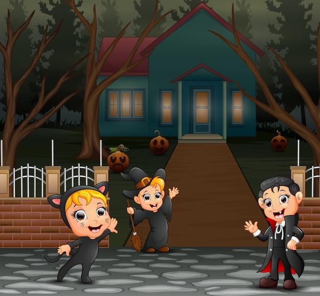 Enfants heureux portant le costume d'halloween sur la page d'accueil