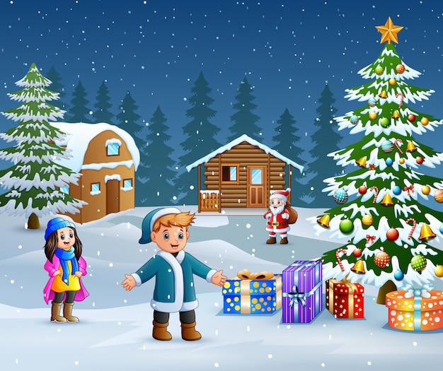 Enfants heureux portant des vêtements d'hiver en plein air au jour de noël