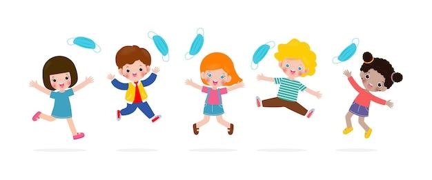 Les enfants heureux sautant enlèvent le masque médical