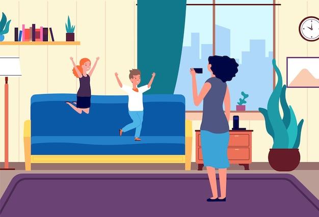Enfants heureux sautant. période d'isolement, restez à la maison en famille. frère soeur et mère jouent dans le salon