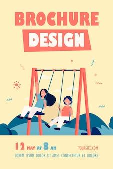 Enfants heureux se balançant sur le modèle de flyer de balançoires