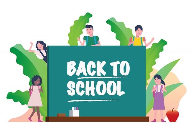 Enfants heureux avec tableau noir. retour au concept de l'école.