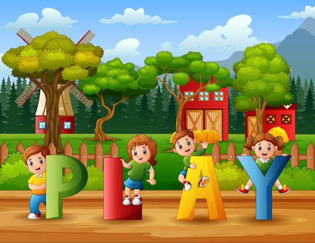 Enfants heureux tenant le mot de jeu dans la ferme