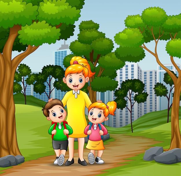Des enfants heureux vont à l'école avec maman